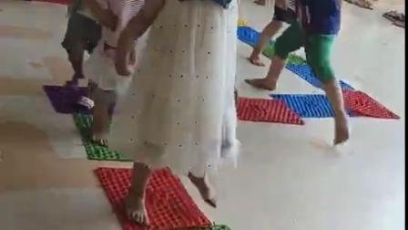 彭羽娍幼儿园踩指压板