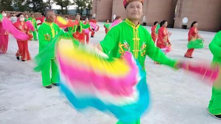 加工河村新成立的秧歌队。