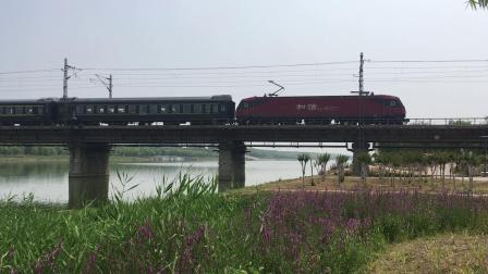 K2185通过新汴河铁路桥