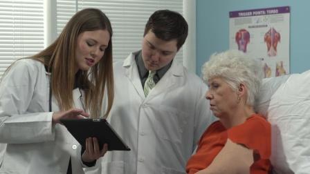 Y-1974医生与病人讨论病情高清实拍视频