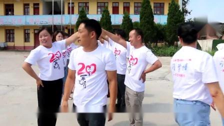独山县尧梭中学99届三一般离开校园向景区进发