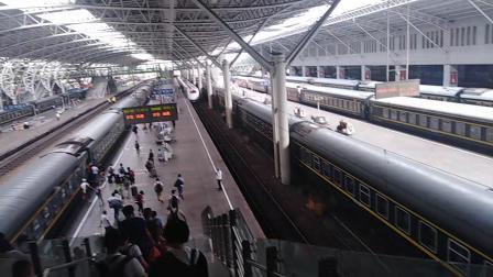k1157(上海——成都)停靠南京站。(旁边D9546)