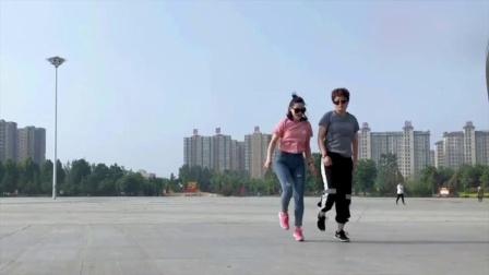 搭档一起跳鬼步舞《月下情缘》默契的舞步完美_高清
