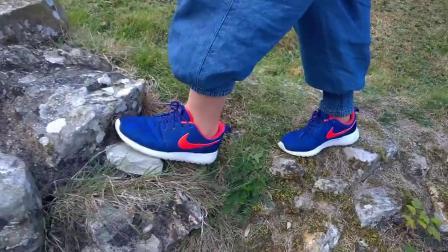 赤脚穿耐克鞋戏水