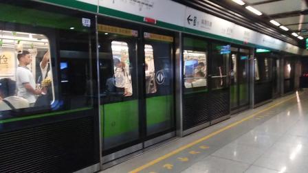 南京地铁三号线(029030)出常府街站。