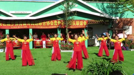庆祝新中国建国70周年套外村广场舞联谊会之上尖健身队健身舞蹈《秋风吹落一滴泪》片段