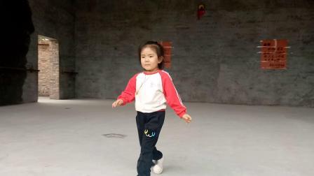 段雅倩在吉家庄村中舞台表演