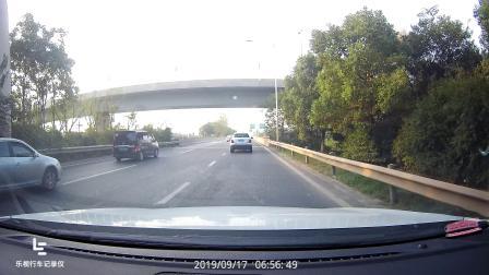 不看后视镜变道的司机