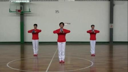 第十二套健身球操《爱我中华》三人示范_高清