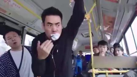 男子做公交车晕车要吐急求塑料袋,结果直接塞了一乘客的一双袜子