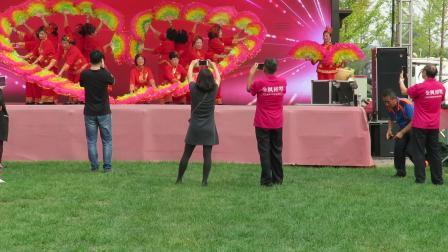庆祝新中国成立70周年文体展示之宗裕秧歌队队表演的扇子舞《敬祝福祖国》片段
