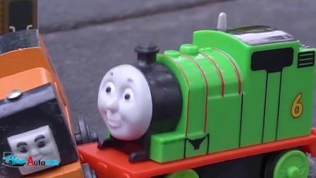 托马斯和他的小伙伴们:七彩玩具火车们一起打闹玩耍