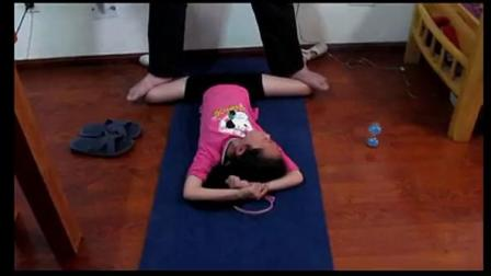 被动柔术训练,小女孩开胯、踩胯