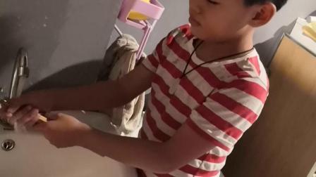 他自己动手做家务