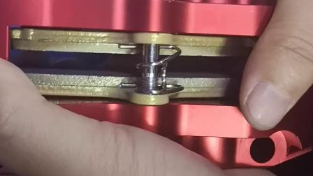 AK更换加粗弹簧六活塞方法,消除卡钳异响。