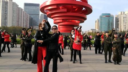 马老师在青岛五四广场和舞友互动水兵舞第二套《2019.10.26》