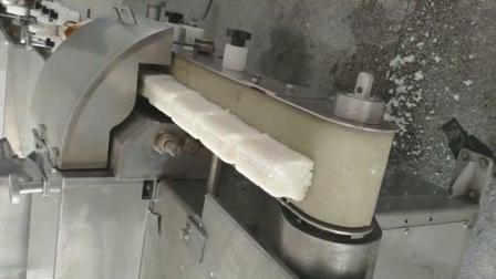 寿司卷生产线做紫菜寿司卷和无紫菜的米饭寿司反卷