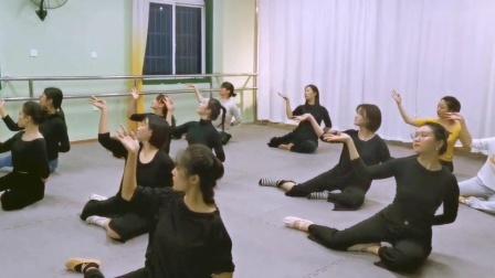 古典舞莲花课堂练习中,阜阳艺路舞蹈