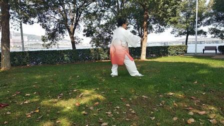 宋红秀在武汉体育学院演练太极拳