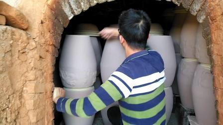 """连平县土陶厂陶器制作工序之""""装窑"""""""