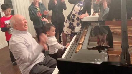 2岁半丹丹和但昭义教授四手联弹《美丽的鲜花在开放》