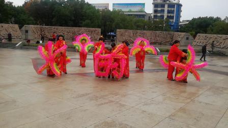 浦江志愿者:在文化广场演出《红红火》