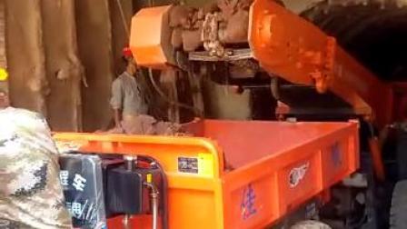 轮胎刮板扒渣机配三轮接渣车视频,出渣效果惊人。