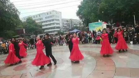 邯郸彩虹交谊舞队在文化宫广场演出《又见山里红》