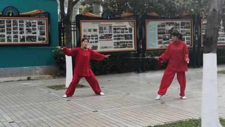 跟随杨老师学习练四十二式剑。