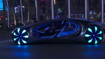 夜晚大街道上的梅赛德斯-奔驰视觉AVTR.mp4