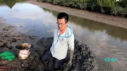 凶猛海货竟躲螃蟹洞里,一口咬穿防割手套,疯狂攻击渔夫