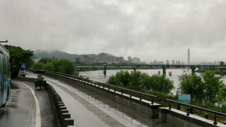 江边细雨山边云