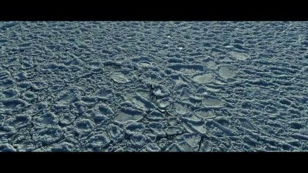 冰湖中的自由潜水