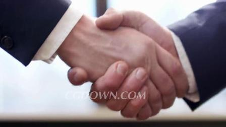 慢动作拍摄两个商业伙伴握手的特写视频素材来自西橘网