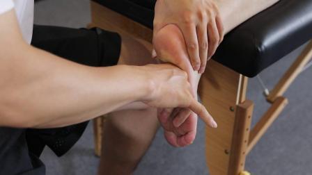 桃子老师演示足底筋膜手法