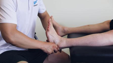 桃子老师演示跟骨后推筋膜手法