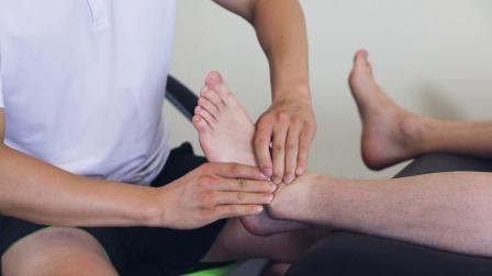 桃子老师演示踝关节支持带筋膜手法