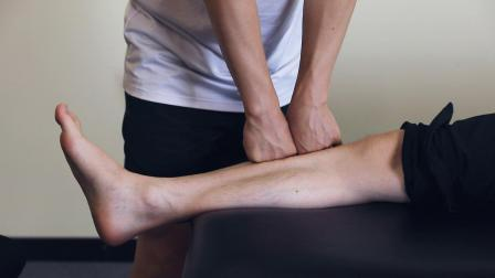 桃子老师演示胫骨前肌筋膜手法