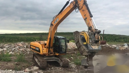 390_BF90.3_JCB JS220_Russia_Recycling_Concrete_1573469611