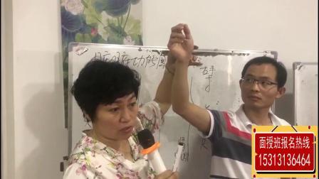薛丽华老师指导学员如何把脉