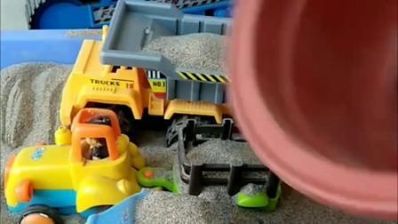 三个小车一起去装沙子,它们一个接一个装沙子,玩的好开心!
