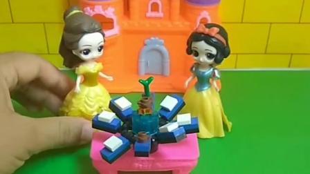 贝儿把王后的东西弄坏了却告诉王后是白雪弄得,小朋友们,贝儿这样做对吗