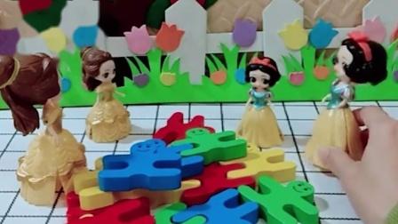 贝儿让小贝儿拼小人积木,小贝儿不会,小白雪很快就拼好了!