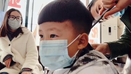 给儿子理个新发型 明天带他到江西鄱阳湖去玩沙,期待已久的旅行 我们准备出发喽😄