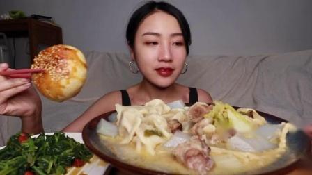 新疆菜吃的就是爽呀!羊肉汤配羊肉饺还有皮酥肉厚的烤包子