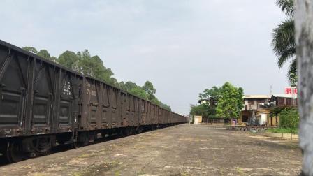 (云浮支线火车视频)DF4C 4090牵引货列限速45通过初城站
