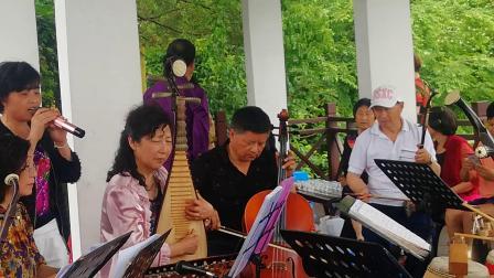 浦江县开心戏迷群在通济湖景区演奏婺剧《十里长亭》一