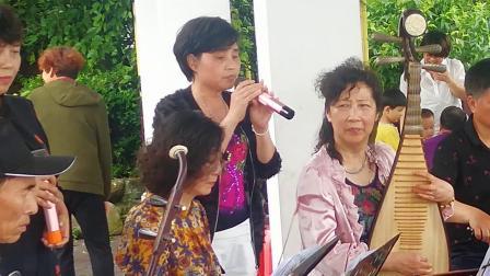 浦江县开心戏迷群在通济湖景区演奏婺剧《十里长亭》二