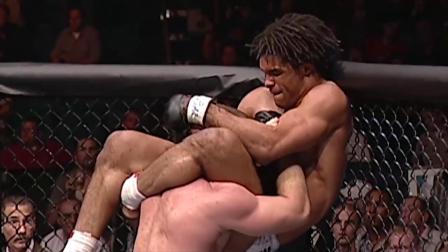 休斯以为尽在掌控之中,怎料对手竟是如此搏命式战法