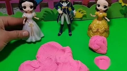 白雪贝儿都想嫁给王子,要用沙子做一个球,他们才能去参加王子的舞会!